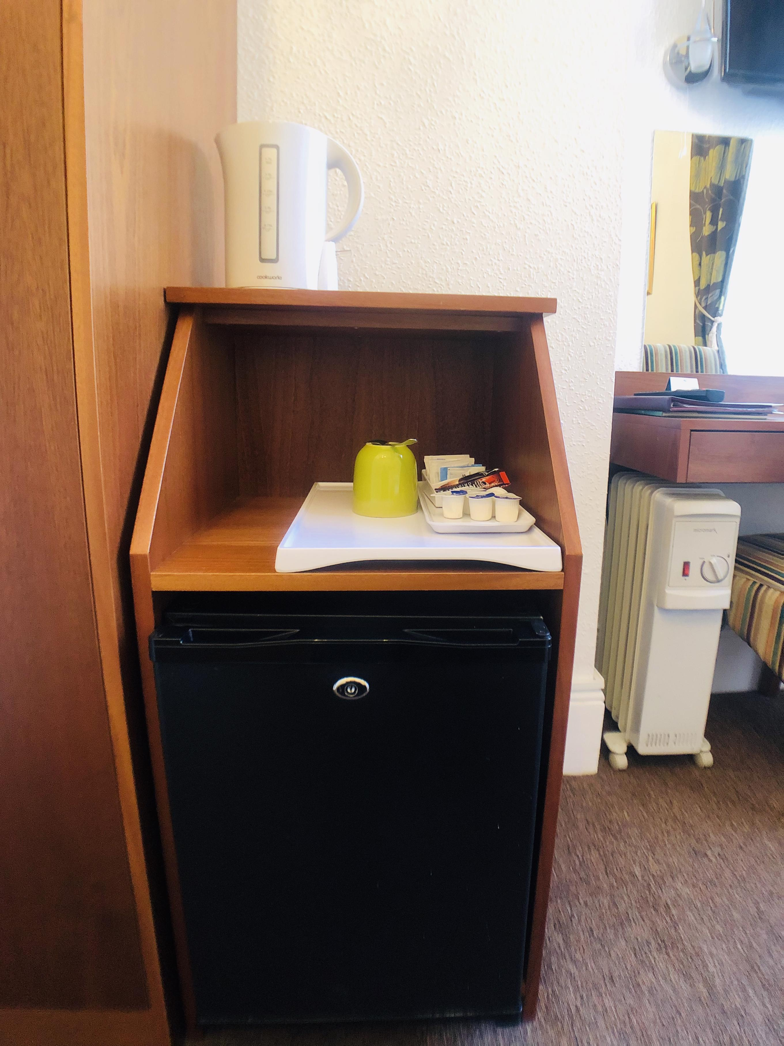 Twin Bed Hotel Room: Ilfracombe Hotel In Southend
